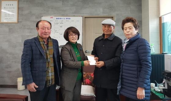 월성동 자연보호협의회 회원들이 지난 16일 후원금 20만원을 경북사회복지공동모금회에 전달하고 있다.