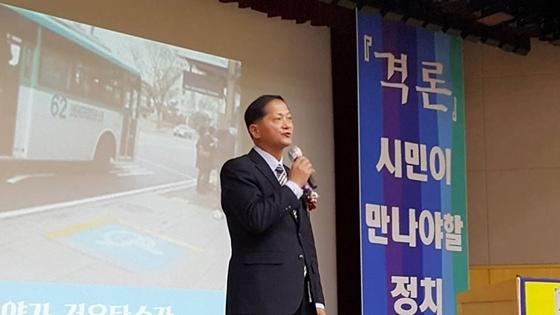 더불어 민주당 고양시갑지역 위원장인 이재준 경기도의원이 출판기념회에서 발언하고 있다.