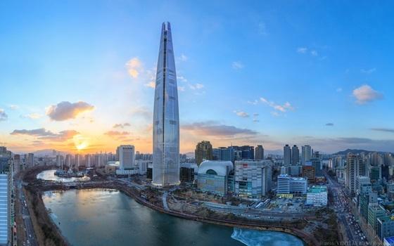 설 연휴를 맞아 다채로운 행사를 진행하는 롯데월드타워 전경 (사진 = 롯데물산)