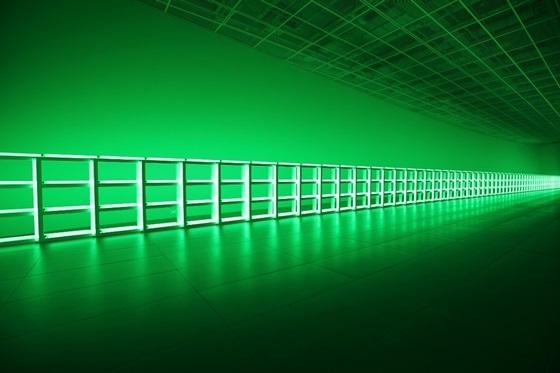 댄 플래빈의 길이 40m 형광등 펜스 작품 `무제(당신, 하이너에게 사랑과 존경을 담아) (사진 = 롯데물산)
