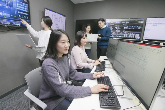 케이뱅크 직원들이 관제룸에서 실시간 뱅킹서비스를 점검하고 있다. (사진 = 케이뱅크)