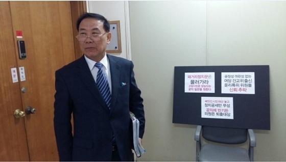 이규열 고양시의원이 고양시의회 윤리특위 회의장을 나서고 있다. (사진 = 비리척결본부)