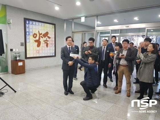 14일 퇴임식을 마친후 기자들과 브리핑에서 이야기하는 이재명 전 성남시장. (사진 = 김병관 기자)
