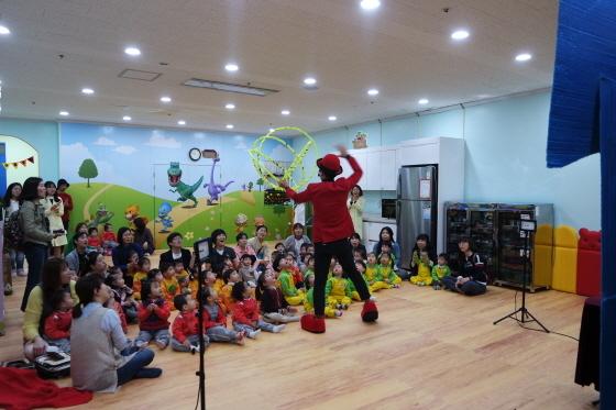 수원대학교 교내에서 식생활개선 인형극 튼튼대장 멍멍이를 공연하고 있다. (사진 = 수원대학교)