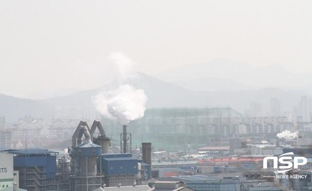 시흥시 오이도에서 촬영한 시화공단에서 뿜어져 나오는 연기와 미세먼지 하늘 모습. (사진 = 박승봉 기자)