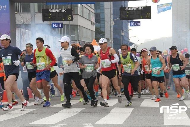 2018 KTX광명역 통일전국마라톤대회에 참가한 선수들이 출발하고 있다. (사진 = 박승봉 기자)