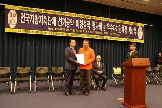 국회 행정안전위원회 소속 이명수 의원(왼쪽)으로부터 공로상을 수여받는 최승재 회장 (사진 = 소상공인연합회)