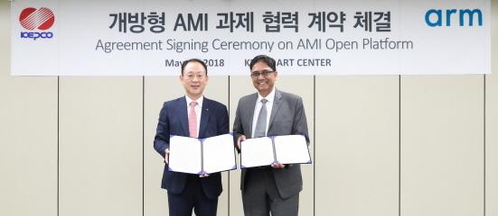 (좌측)김동섭 한전 신성장기술본부장, (우측)디페시 파텔 ARM사 IoT 서비스그룹 대표 (사진 = 한국전력 제공)