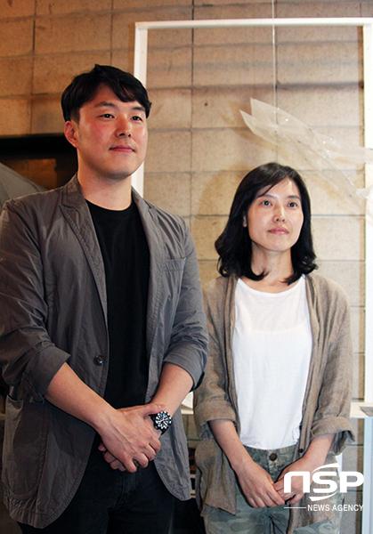 넥슨 콘텐츠산업팀 조정현 팀장과 권용주 파트장이 인터뷰 후 사진촬영에 임하고 있다.