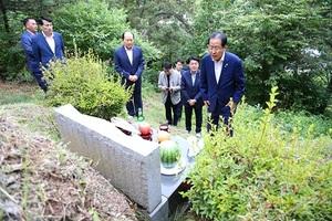 [포토]홍준표 자유한국당 대표, 부모님 묘소 참배
