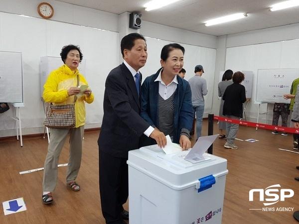 기표용지를 투표함에 넣고 있는 김태율 청도군수 후보와 부인 박윤숙 여사. (사진 = 김도성 기자)
