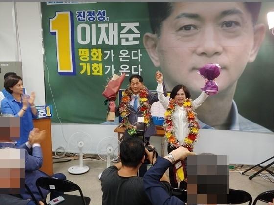 이재준 후보가 고양시장 당선이 확정되자 만세를 부르고 있다 (사진 = 이재준 선거캠프)