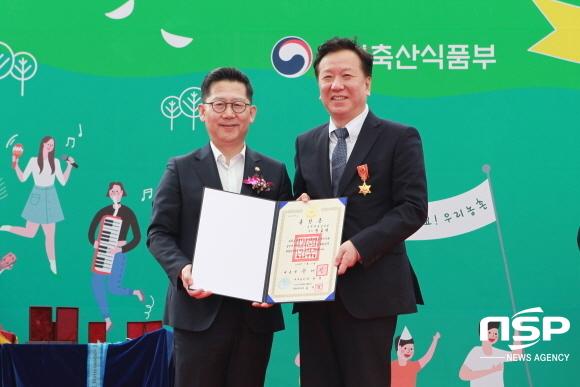 경북대학교병원장 정호영 교수(오른쪽), 김현수 농림수산부 차관(왼쪽). (사진 = 경북대학교병원)