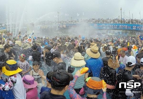 지난 해 열린 지상최대의 물싸움. (사진 = 장흥군)
