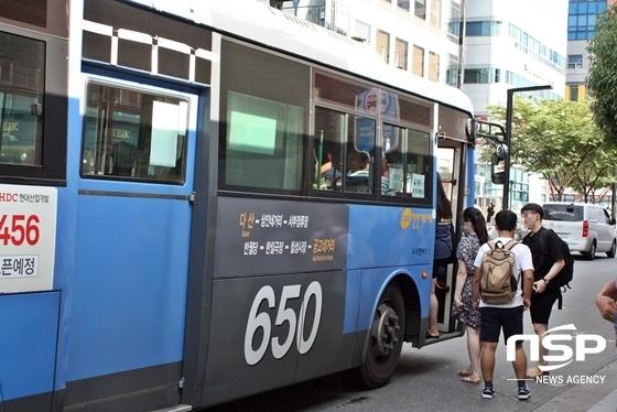 23일 폭염으로 더위가 기승을 부리고 있는 가운데 대구시민들이 친환경 CNG버스에 탑승하고 있다. (사진 = 김덕엽 기자)