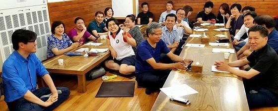 ▲중소상공인희망재단이 페이스북 라이브방송으로 대전소상고인 SNS토크쇼를 진행하고 있다. (사진 = 중소상공인희망재단 충청센터)