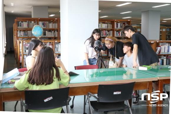 멘토 김나연 학생이 멘티 고교생들에게 촬영방법에 대해 알려주고 있는 모습. (사진 = 경일대학교)