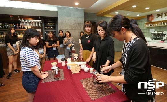 영진전문대학교가 일본인 고교생들을 대상으로 오픈캠퍼스를 열었다. 사진은 참가 학생들이 9일 대학 실습실에서 바리스타 체험에 나선 모습. (사진 = 영진전문대학교)