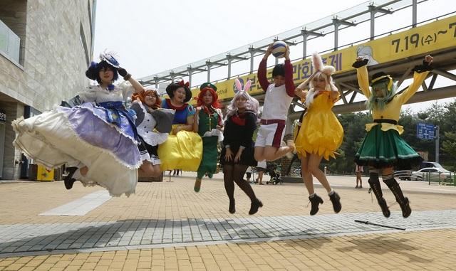 다양한 코스튬 복장으로 축제를 즐기는 코스플레이어들의 모습. (사진 = 한국만화영상진흥원)