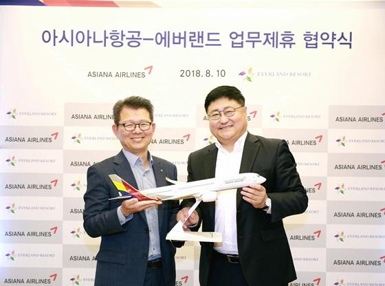 아시아나항공-에버랜드 업무제휴 협약식에 참석한 김광현 아시아나항공 여객마케팅담당 상무(왼쪽)와 이동우 에버랜드 리조트 영업담당 상무(오른쪽)가 기념촬영을 하고 있다. (사진 = 아시아나항공)