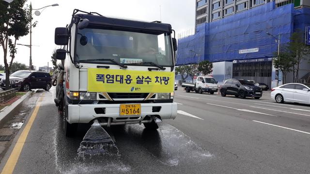 용인시가 폭염에 대응해 살수차량으로 살수작업을 하고 있다. (사진 = 용인시)