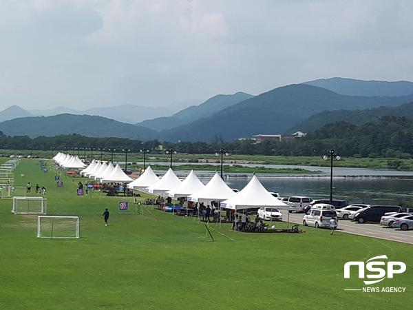경주 서천둔치 축구경기장이 있는 강변 산책로에 차량이 가득하다. (사진 = 권민수 기자)