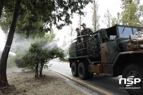 광주 광산구가 폭염으로 고사 위기에 놓인 가로수에 살수차를 이용해 물을 주고 있다. (사진 = 광주 광산구)