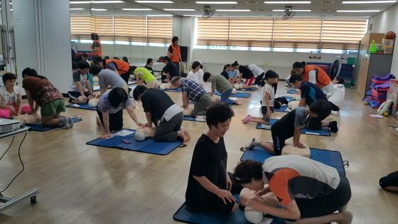 지난 10일 장안구민회관 5층 차명실에서 이용시민 및 프로그램 강사들이 심폐소생술 안전교육을 받고 있다. (사진 = 수원도시공사)