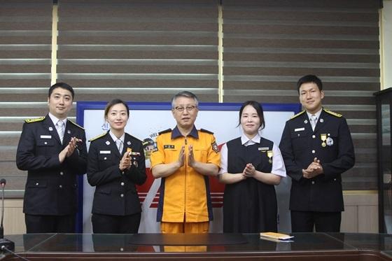 하트세이버 기장 수여 고양소방서 소속 119구급대원 (사진 = 고양소방서)