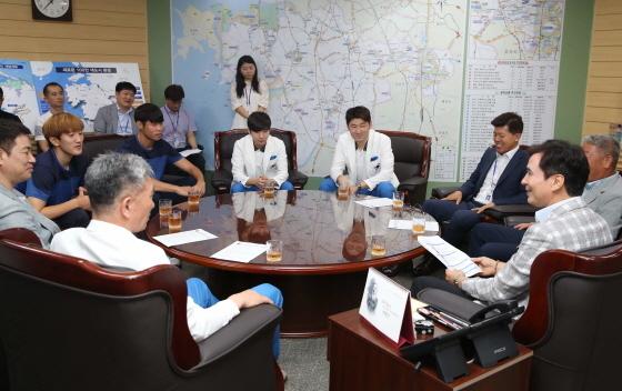 서철모 화성시장이 아시안게임에 출전하는 화성시청 직장운동경기부 단원들을 격려하고 있다. (사진 = 화성시)