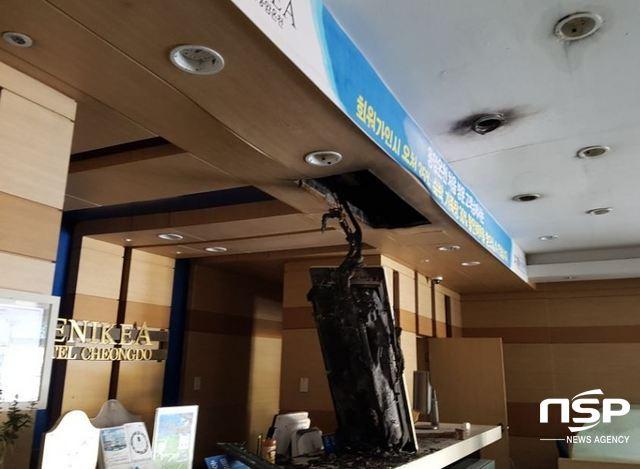 지하 건조기에서 발생한 잔불들이 닥트시설을 통해 1층 천장으로 번지면서 1층 천장을 태우며 후론트에 내려않은 대형전등과 환풍구를 통해 연기가 빠져 나온 흔적들이 보인다. (사진 = 김도성 기자)