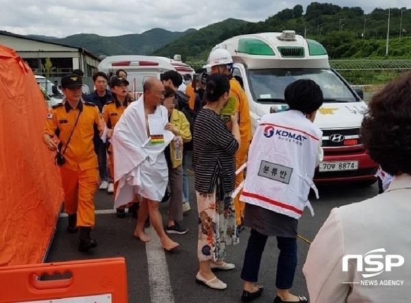 알몸상태로 구조된, 연기를 마신 환자가 119구급대 차량의 침대보로 몸을 가리고 이동하는 상황. (사진 = 김도성 기자)