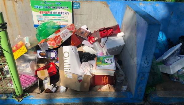 조합원으로 추정되는 주민이 영업하는 가계에 전달된 곡물세트와 동일한 포장지가 장미빌라 쓰레기 집하장에 버려져 있다. (사진 = 독자제공)
