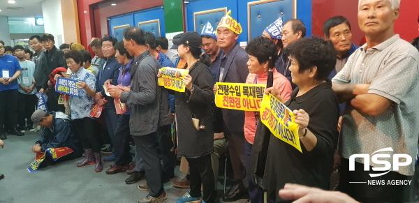 주민공청회장 입구를 완전봉쇄하고 있는 반대측 주민들 (사진 = 최병수 기자)
