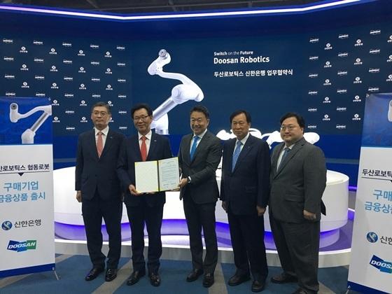 신한은행 최병화 부행장(왼쪽에서 두번째)과 두산로보틱스 이병서 대표(가운데) (사진 = 신한은행)