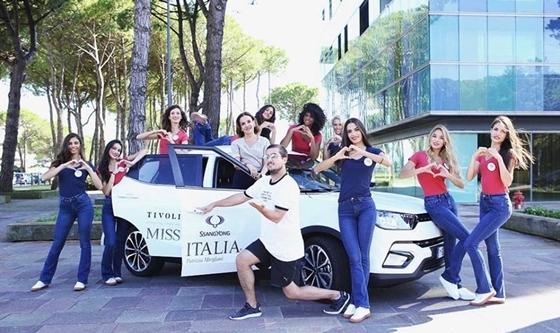 지난달 2018 미스 이탈리아 본선 진출자들과 대회 진행자가 대회 공식차량으로 제공된 티볼리를 배경으로 촬영을 하고 있다 (사진 = 쌍용차)
