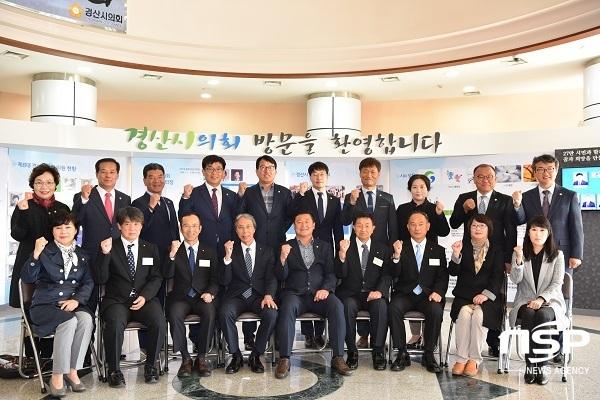 일본 조요시의회 의원 일행이 경산시 의회를 방문해 기념촬영을 하고 있다. (사진 = 경산시의회)