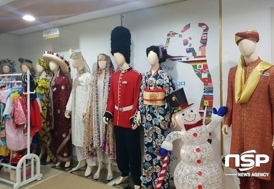안산시 세계문화체험관에 전시된 세계 각국 전통의상. (사진 = 나수완 기자)