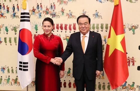 문희상 국회의장(우)과 응웬 티 낌 응언 베트남 국회의장(좌)이 기념사진을 찍고있다. (사진 = 국회 대변인실)