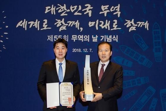 (왼쪽부터) 이성진 넥센타이어 생산부문 과장과 박강철 넥센타이어 아시아 영업BG(Business Group)장 (사진 = 넥센타이어)