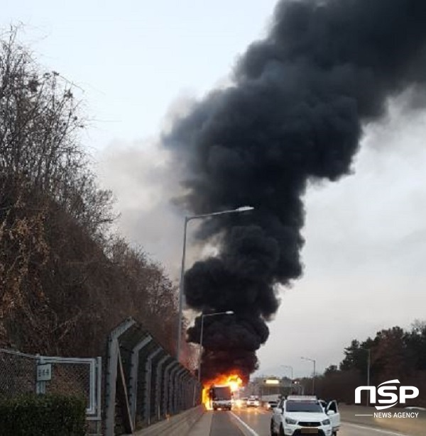 지난달 19일 오후 5시 1분 대구에서 부산으로 가던 관광버스에서 갑자기 펑하는 속리가 나면서 오른쪽 뒷바퀴에서 불이 붙어 45인승 버스가 전소됐다, (사진 = 독자 제공)