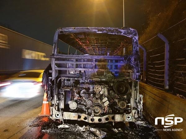 이번사고로 엔진부위를 비롯해 차량전체가 완전 전소돼, 대우버스를 4대를 구입해 2대는 불어타고 결국 2대만 남아 있다. (사진 = 김도성 기자)