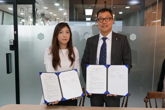 왼쪽부터 손은경 싱코 대표, 유석호 한국 M&A센터 대표. (사진 = 한국M&A센터)