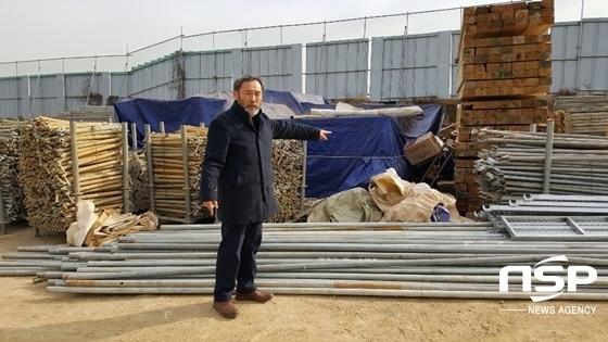 고철용 비리척결본부장이 현대건설이 행주내동 부지 일부에 불법야적한 자재를 가리키고 있다. (사진 = 윤민영 기자)