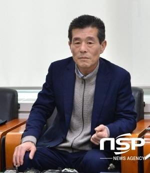 경북시군의회의장협의회 회장인 서재원 포항시의회 의장이 의원 해외연수에 대해 해명하고 있다.