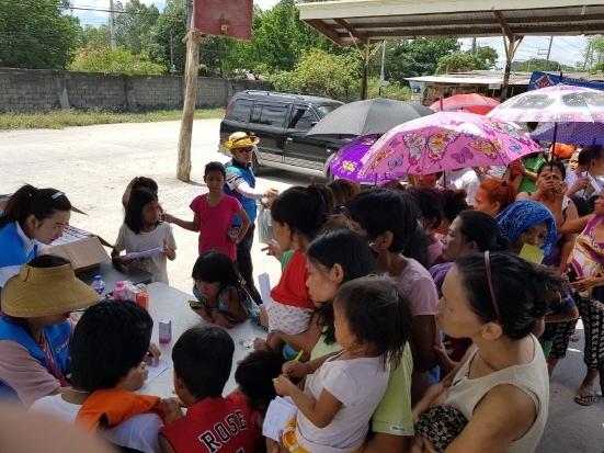 필리핀 현지에서 진행하고 있는 의료검진서비스 사업에 현지인들이 검사를 받으려고 기다리고 있다. (사진 = 싸이메디 제공)