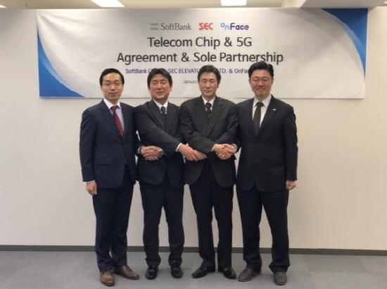 ㈜온페이스와 일본 소프트뱅크가 업무조인식 기념 촬영을 하고 있다. (사진 = 온페이스 제공)