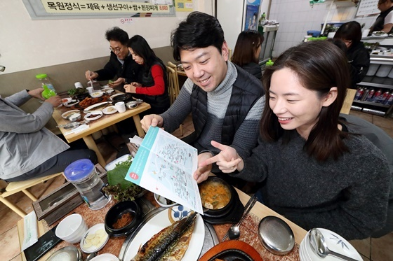 KT 임직원들이 아현국사 통신구 화재로 피해를 입은 인근 식당을 방문했다. (사진 = KT)