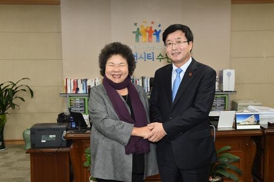 2016년 11월 수원시청을 방문한 천쥐 총통 비서장(당시 가오슝시장)과 염태영 수원시장(오른쪽) 모습. (사진 = 수원시)