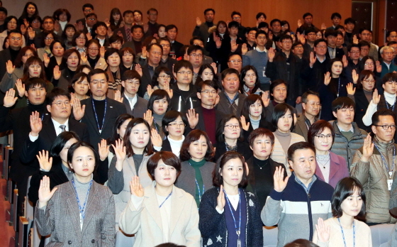13일 용인시청 에이스홀에서 600여 명 직원이 참석해 청렴문화 확산과 부패척결 의지 다지는 청렴실천 결의 선서를 하고 있다. (사진 = 용인시)